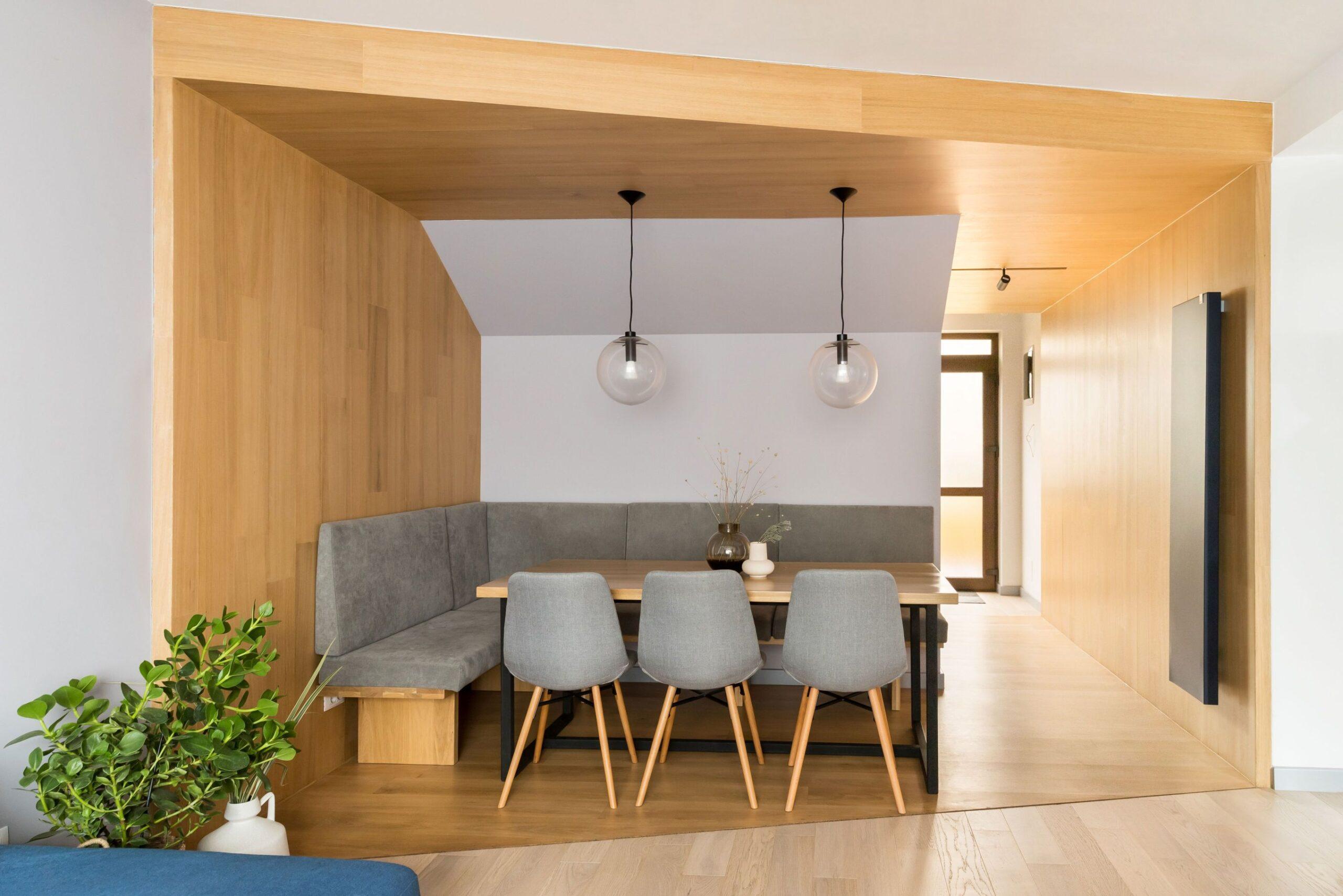 in amenejarea casei de la Otopeni elementul principal este monoblocul din lemn de stejar care decupeaza spatiul de luat masa si holul de la intrare de restul spatiului.